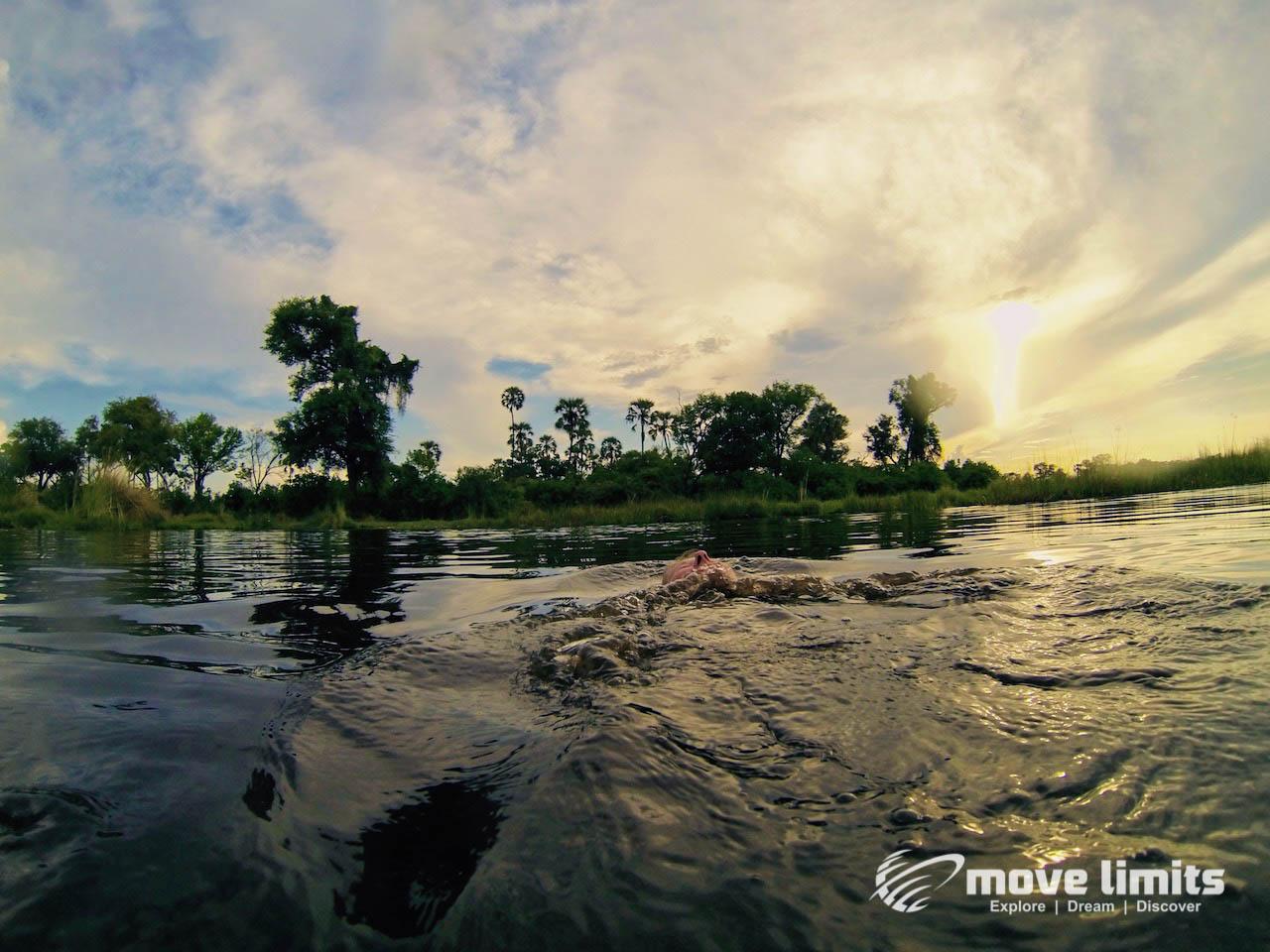 Zwei Tage im Delta des Okavango in Botswana - Schwimmen im Okavango - movelimits.de