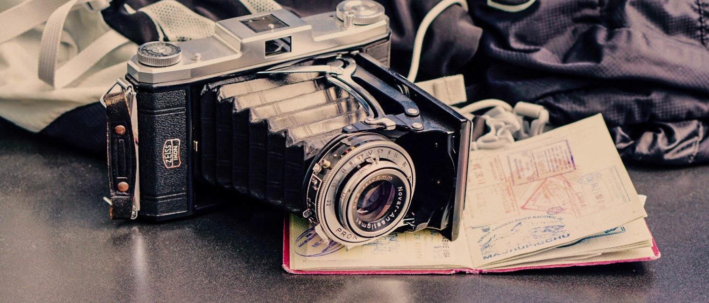 gute Fotos und Videos unterwegs - movelimits.de - Kamera auf Reisepass