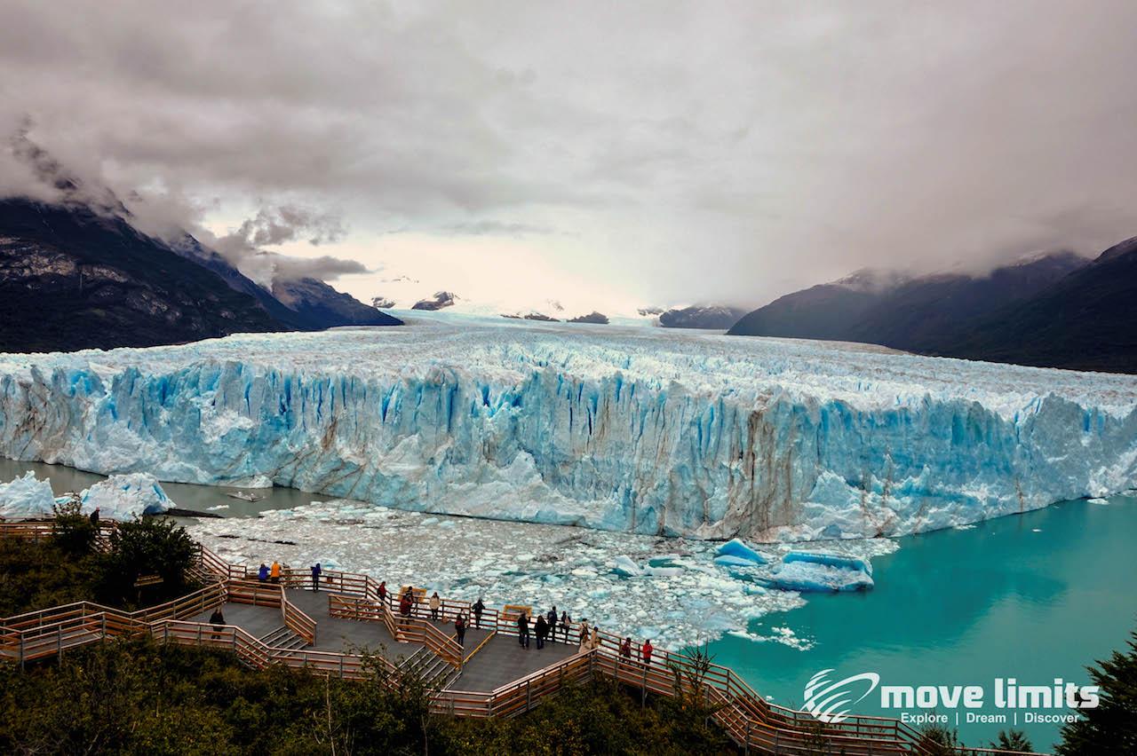 Perito Moreno Gletscher in Argentinien- Blick von oben auf Stege - movelimits.de
