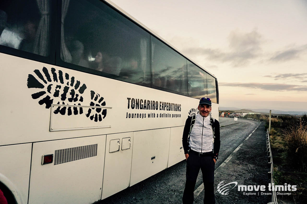 Tongariro Crossing - Der schoenste Day Walk in Neuseeland - Am Shuttlebus - movelimits.de