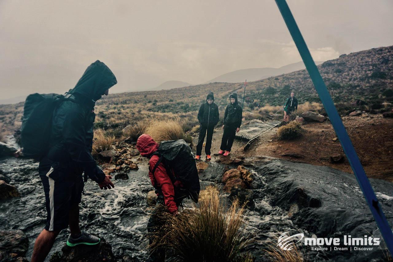 Tongariro Crossing - Der schoenste Day Walk in Neuseeland - Bachdurchquerung - movelimits.de