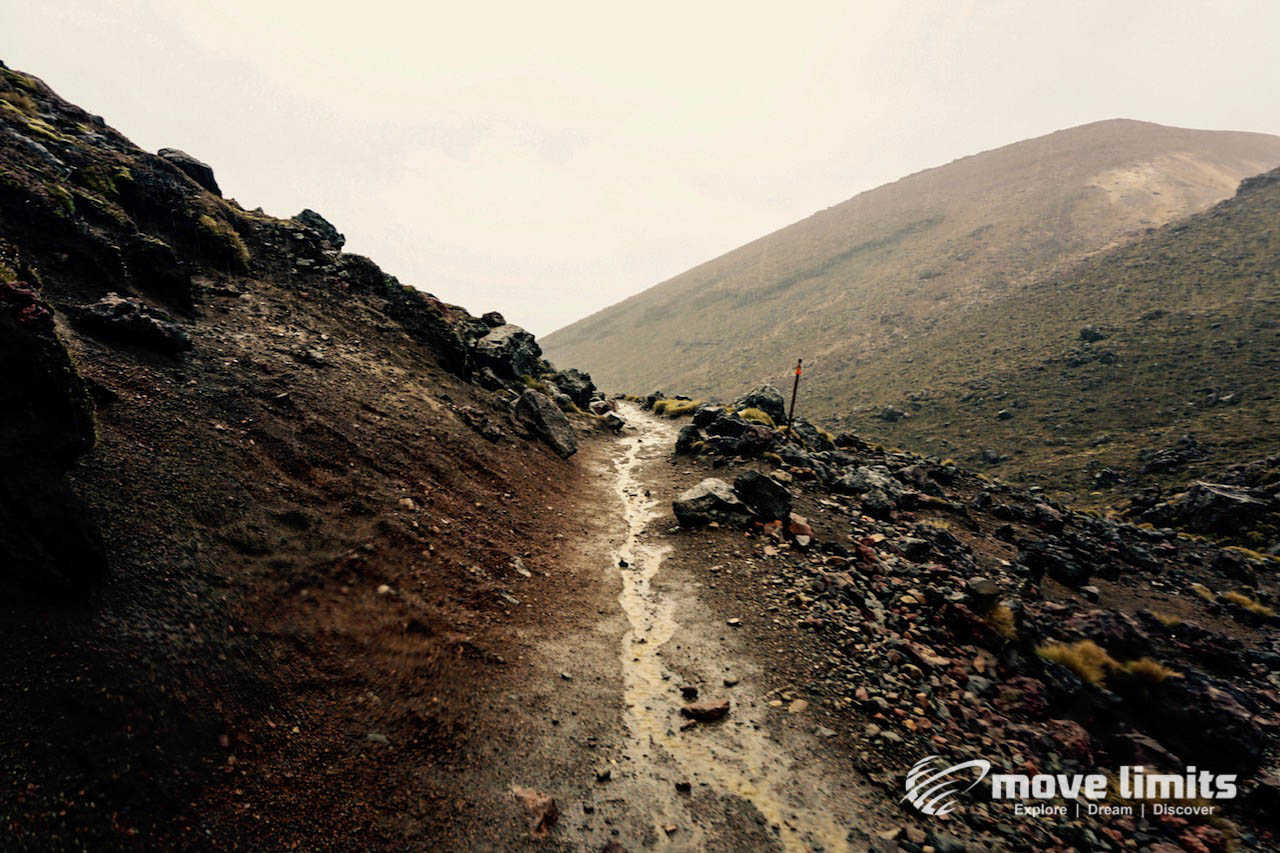 Tongariro Crossing - Der schoenste Day Walk in Neuseeland - Bergab im Regen - movelimits.de