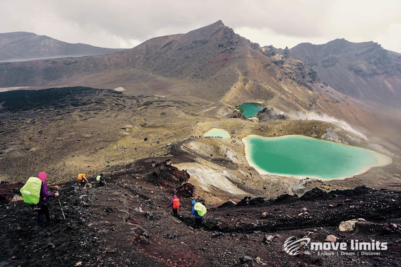 Tongariro Crossing - Der schoenste Day Walk in Neuseeland - Emerald lakes von oben - movelimits.de