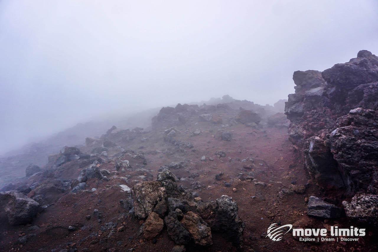 Tongariro Crossing - Der schoenste Day Walk in Neuseeland - Downhill in den Wolken - movelimits.de